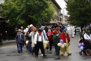 Karnevalståget med ekipage från olika dagcenter var ett färgglatt gäng som uppmärksammades när de gick genom Sandvikens centrum