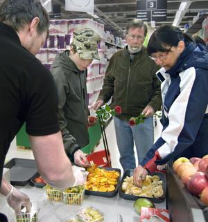 Johan Nääs, Jan Burvik och Rose Burvik passade på att smaka av frukten.