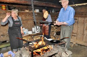 Margit Persson, Tage Persson och Karl-Erik Olofsson var baddare på att steka kolbullar.