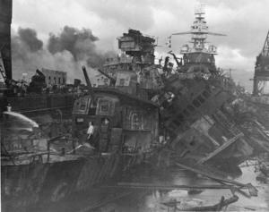 Förstörelsen var enorm under det japanska flyganfallet mot USA:s flottbas i Pearl Harbor på Hawaii. Arkivbild.   Foto: AP/TT
