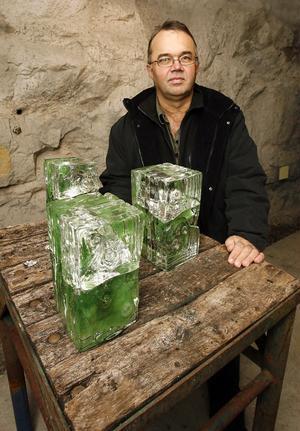 Olle Jonsson, Alfta, med sina tre glasskulpturer Slåttarminnen vid ingången till galleriet i Västra berget.