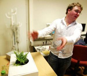 Robin Hägglund visar den självvattnande blomkrukan. Konceptet skulle kanske kunna överföras på husdjur och ge självmatande akvarier.
