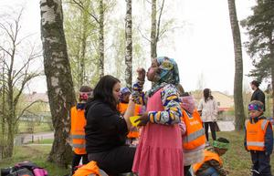 Sahra blåste såpbubblor när avdelningen Månen på förskolan Blåkullen firade Förskolans dag.