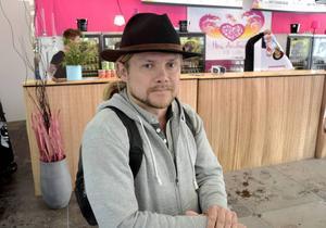 Roland Nilsson är på besök i sin tidigare hemstad Östersund för att hälsa på vänner. Under kvällen hade han och hans sällskap lyssnat på bland annat Patriks Combo och Ständut Blakk. När LT träffade honom funderade han på att vända hem eftersom vädret var dåligt.