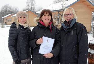 Månadens profil Hilje Blaauw, Yttermalungs camping, uppvaktas av t v Vivi Tällberg och t h Karin Ljudén, båda från entrenörsnätverket W7 Dalarna.