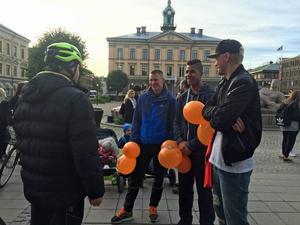 Jonas Olsson, Emil Bellander och Oskar Larsson i Gefle IF tog emot cyklisterna.
