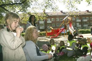 Barnen från Mården satt i skuggan och åt glass, innan det blev dags för lek.
