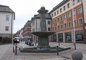Fontänen på Rådhustorget ses som ett hinder av företagarna på Slaggatan. Den tycks markera ett slut på shoppinggatan och gör att folk vänder tillbaka mot centrum.