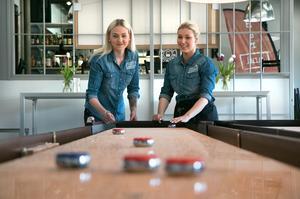 Malin Andersson och Julia Hallström visar hur en shufflesten ska spelas.