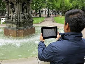 Centrumutvecklare Daniel Swärd visar en demoversion av appen en historisk stadsvandring i Gävle.