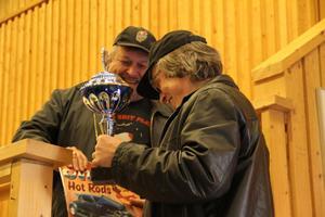 Pris för snyggaste besökande USA-bil gick även den till Hassela. Patrik Holmin fick ta emot den stora pokalen av Mid Swedenrebellen Tomas Henning.