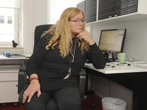 """I Blåsväder Igen. Privata gymnasieskolan Design & Construction Collage har polisanmält ett par elever för mordbrand, för vållande till kroppsskada och för att ha förgiftat lärares kaffe. """"Mitt uppdrag är att se till att vi får en vettig arbetsmiljö"""", säger rektor Eva Stormgaard."""