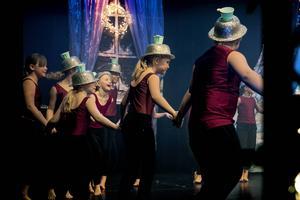 Här dansar eleverna utklädda efter temat i filmen Skönheten och odjuret.