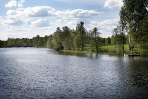 Nya bostadsrätter ska byggas efter Kolbäcksån i Morgårdshammar. Men bygget har dröjt.