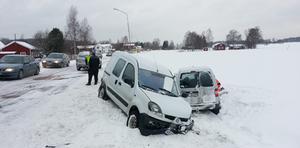 Två personer skadades vid en krock i höjd med Trönö kyrka på fredagseftermiddagen.