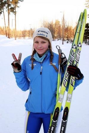 Sofie Nilsson, 14 år, är heltänd på skidåkning. Vann komfortabelt D 14 klassen. Hon bor i den gamla damskidmetropolen Delsbo, där ett gäng yngre tjejer är på gång i spåren.