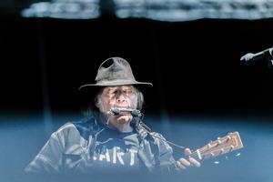 Den kanadensiska rocklegenden Neil Young spelade i Dalhalla utanför Rättvik inför 5300 åskådare i det gamla kalkbrottet.