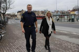 Kommunpolis Daniel Löfdahl och Marita Bertilsson,  chef för Trygg i Norrtälje kommun, har hörsammat medborgarnas önskemål och är nu redo att rusta för tryggare busstorg i Norrtälje, Hallstavik och Rimbo.
