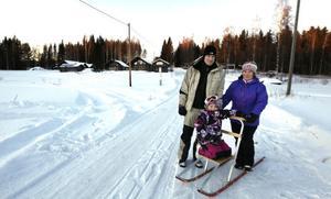 Moa Aronsson bor i en av familjen Schöllins nybyggda stugor en kilometer norr om Kungsberget. Moa har tillsammans med mamma Erika Persson och pappa Niklas Aronsson provat åka spark för första gången.