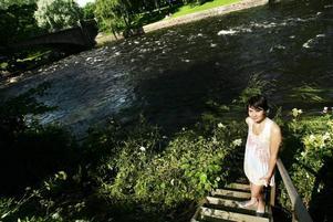 Johanna Hedberg, 14 år, från Sätra tog en rejäl simtur i Gavleån på nästan en kilometer. Hon halkade i vattnet vid Stadsträdgården och följde med de starka strömmarna ända bort till fiskestugan vid Drottningbron.