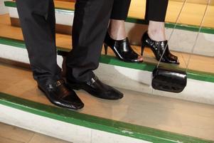 Tomas skor har en lagom dos av loafers över sig, 999 kr från Scorett. Malins skor kostar 599 kr och kommer från Eurosko. Väska 149 kr, Åhléns.