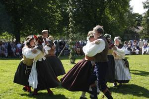 HORNDAL. Dans runt stången med By Folkdanslag.