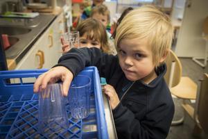 Barnen får lära sig att inte slösa med dricksvattnet, tvätta händerna fort, och  som Jonathan Ellgren gör på bilden, packa  glas och tallrikar tätt i diskmaskinen .