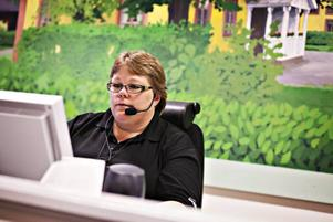 Koncentrerad utropare. Personalen vid bingohallen i Sandviken är ständigt upptagna med att serva besökarna med nya nummerbrickor eller att ropa ut de vinnande numren.