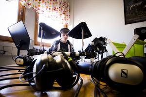 Jonas Belin hör musiken i lurarna, men för övriga är det ljudlöst musicerande i det nya musikrummet.