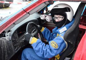 Premiärstart. Linnéa Eriksson, Kopparbergs MK, är 14 år och fyller 15 i höst. Det är hennes allra förta tävling och lite pirrigt att sitta bakom ratten.