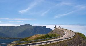 Atlantvägen i Norge vindlar fram vackert längs med havet och bergen.
