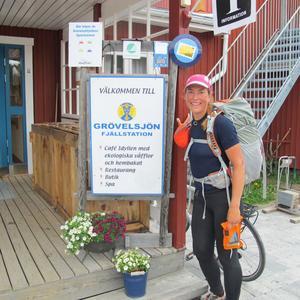 Christine Hägglund vid målet, Fjällstationen i Grövelsjön efter 130 mils löpning genom den svenska fjällvärlden.