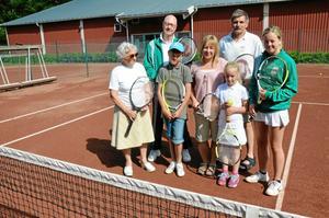 Barbro Engberg, Lars-Åke Larsson och Charlie Pettersson samt Maria Larsson med barnen Samuel, Stina och Sanna är flitiga spelare i den 110-årsjubilerande Nora lawn tennisklubb.
