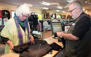 Meta Eriksson från Avesta inspekterar ett par byxor hon funderar på att köpa av Göran Sandberg på ITAB Outdoor.