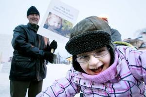 Protesterar. Sexåriga Hanna Eriksson och hennes anhöriga deltog under fredagens manifestation mot nedläggningen av Smultrongården.