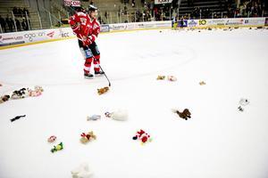På Örebro Hockeys familjedag fick barn slänga in gosedjur på isen efter matchen. Dessa ska samlas in och skänkas till sjuka barn på USÖ.Skyttekungen Johan Wiklander gör sitt bästa för att hjälpa till.