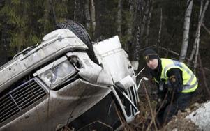 Bilen blev illa tilltygad, konstaterade polisassistent Martin Liss. De två männen kunde själva ta sig ur fordonet och fördes sedan till Falu lasarett med ambulans. Foto: Torbjörn Granling/DT