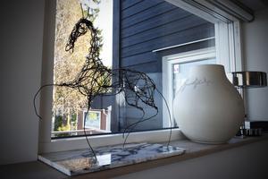 Carina blandar upp Ikea-stilen med design från lokala konstnärer. Sigrid Westerholms hästar återfinns både som skulptur och i tavlor i huset.