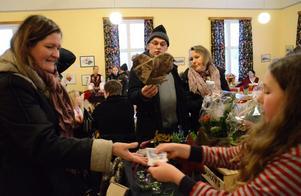 Julstämning. Inne i stora salen stod borden uppdukade med allahanda julprylar och julklappstips. Kommersen var strax igång.