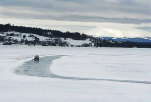 Isen på Storsjön behöver vara minst 25 centimeter tjock i stället för som nu 19 centimeter för att den ska vara körbar för bilister. Väderprognosen för de närmaste två veckorna kommer inte heller förändra situationen varpå inga isvägar öppnas.