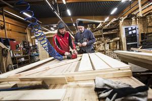 Tommy Björklund och hans kollega Kenneth Sundell jobbar sida vid sida i Järvsö snickeriers lokaler.