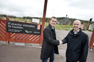 Mikael Lusth, vd Byggarna i Falun AB, och kommunalrådet Jonny Gahnshag (S), ordförande i Lugnet i Falun AB, skakar hand efter avtalsskrivningen. Bygget av den nya hästskon på Lugnets skidstadion kan börja.