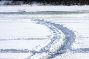 Att åka skoter på vatten går, men är enligt Lokattens skoterklubb inget att rekommendera på vintern.