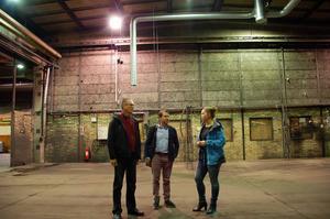 Tidningen besökte lokalerna innan Marab hunnit sätta sin prägel på den gamla kättingfabriken. Här ser man Matilda Bastman längst till höger, tillsammans med kommunalråd Mikael Thalin (C) och Joakim Larsson som då var näringslivschef.