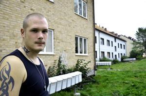 Förfall. Fredrick Eriksson tycker att förfallet av fastigheterna på Lövstagatan börjar bli alltför påtagligt. Nu är dessutom elen avstängd i de allmänna utrymmena på grund av obetalda räkningar.