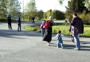 Flyktingarna vägrade att stanna på militärförläggningen på Åstön. De gav sig helt enkelt av till fots mot Sundsvall och järnvägsstationen.
