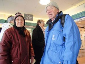 Heli och Ingvar Johansson från Gällö tycker idén att stänga butiken låter befängd. – Som gammal järnvägare tycker jag det låter tokigt, säger Ingvar.