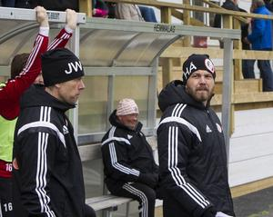 Henrik Åhnstrand, till höger, har skrivit på ett nytt tvåårskontrakt med Hudiksvalls FF. Hans tidigare tränarkollega Janne Westin är inte klar i dagsläget.