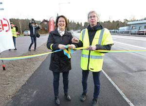Kommunalrådet Susanne Norberg och enhetschefen på Trafikverket Hans-Olov Åström inviger den nya gång- och cykelbanan mellan Grycksbo och Bergsgården.