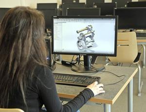Moa Eriksson, elev på Ådalsskolans industritekniska program, får lärlingsanställning på Elpress.